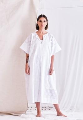 فستان أبيض بأكمام قصيرة