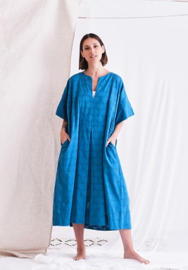 فستان أزرق بأكمام قصيرة