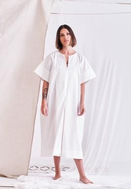 فستان أبيض متوسط الطول