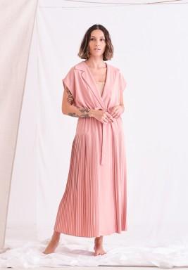 فستان وردي بكسرات جانبية