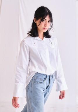 قميص أبيض بأزرار وأكمام طويلة