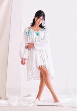فستان أبيض بطبعات زرقاء وترتر