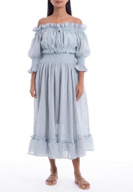 فستان أزرق بأكتاف مكشوفة ورفرفات