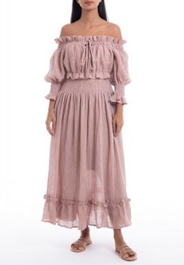 فستان وردي بأكتاف مكشوفة ورفرفات