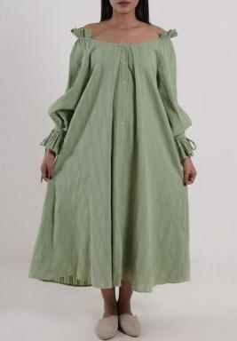 فستان أخضر بأكمام طويلة