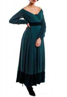 فستان أخضر مخملي مكشوف الأكتاف