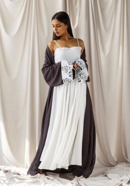 بشت كحلي من الكتان مع فستان أبيض بدون أكمام