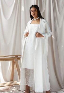 جاكيت أبيض مع فستان مطرز بالترتر بالكامل