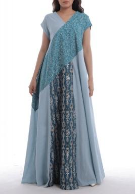 فستان أزرق مطبوع بأكمام قصيرة