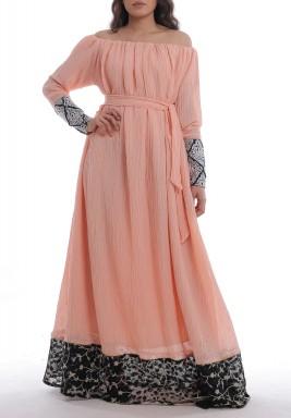 فستان بزة خوخي بأكتاف مكشوفة