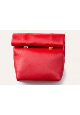 حقيبة يد حمراء صغيرة