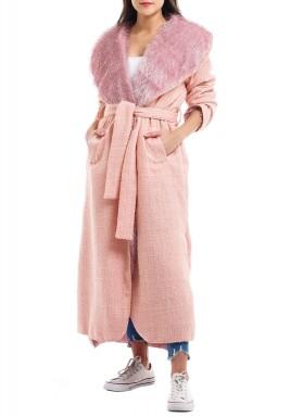 معطف وردي مزدوج بأكمام طويلة