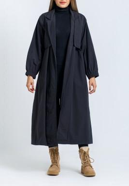 معطف أسود بظهر مزرر وأكمام طويلة