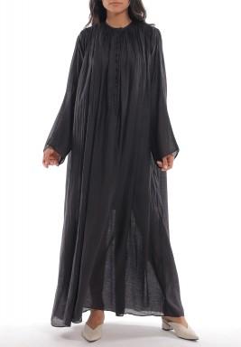 فستان أسود بطويات وأكمام طويلة