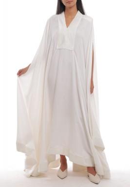 فستان أبيض فضفاض بأكتاف مبطنة