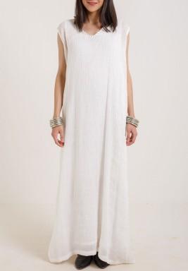 فستان أبيض بنمط متجعد