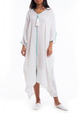 فستان أبيض رقيق بتطريز أزرق