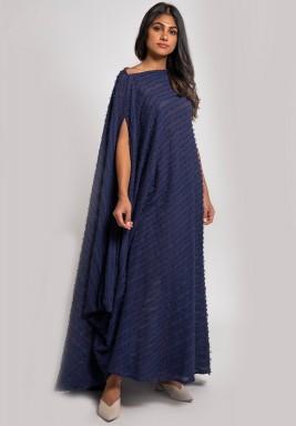 فستان كحلي بخطوط بارزة وأكمام قصيرة