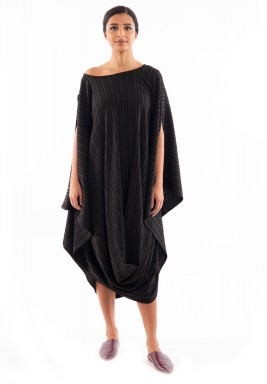 فستان أسود مخطط ومجعد متوسط الطول