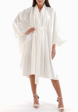 فستان أبيض برفرفات وأكمام واسعة