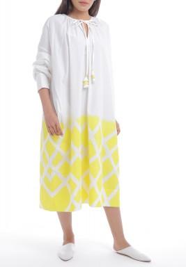 فستان أبيض وأصفر بأكمام طويلة