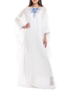 فستان أبيض بأكتاف مكشوفة من حرير الجازار