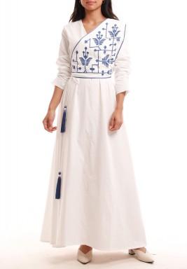 فستان أبيض نمط لف بتطريز أزرق