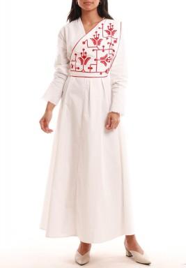 فستان أبيض نمط لف بتطريز أحمر