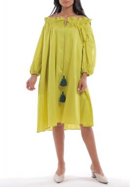 فستان أخضر برفرفات وأكتاف مكشوفة