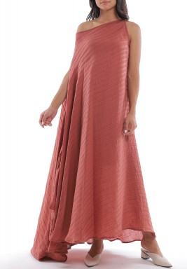 فستان وردي مخطط بكتف مكشوف