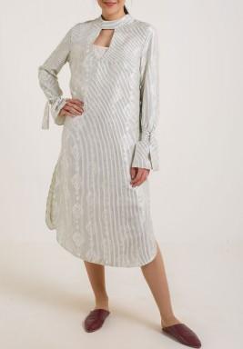 فستان أبيض من الحرير بنمط قميص