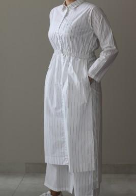 طقم أبيض بخطوط رمادية وخصر مطاطي من ثري