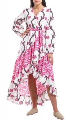 فستان فلامينكو أبيض ووردي مطبوع برفرفات