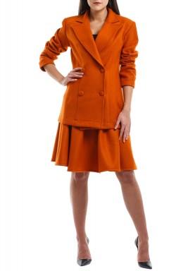 بدلة برتقالية من جاكيت وتنورة قصيرة