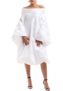 فستان بأكتاف مكشوفة أبيض