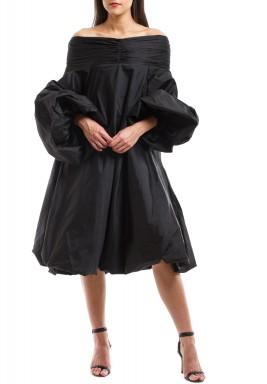 فستان بأكتاف مكشوفة أسود