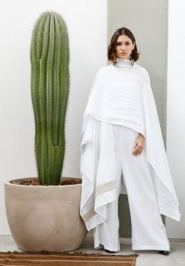 بدلة بيضاء بدون أكمام مع وشاح مطرز