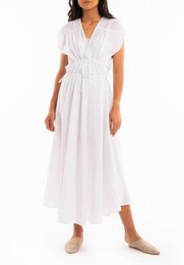 فستان أبيض بخصر مزموم وأكمام قصيرة