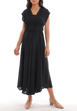 فستان أسود بخصر مزموم وأكمام قصيرة