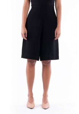 بنطال أسود قصير بأرجل واسعة