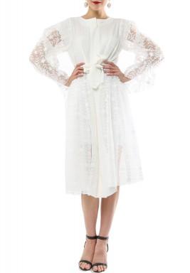 فستان آيلي الأبيض بتطريز ورود