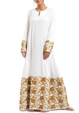 فستان أبيض ماكسي بتطريز ذهبي