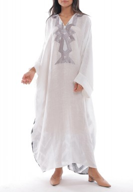 فستان أبيض بتطريز رمادي وظهر مطبوع