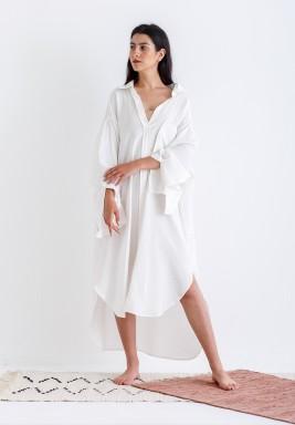 قميص أبيض فضفاض