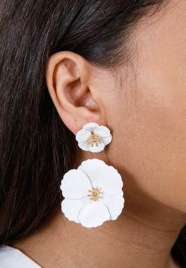 أقراط الورود البيضاء