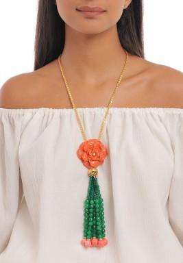 عقد وردة المرجان والجيد الأخضر