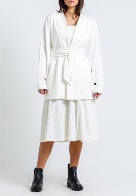 طقم أبيض محاك فستان وجاكيت