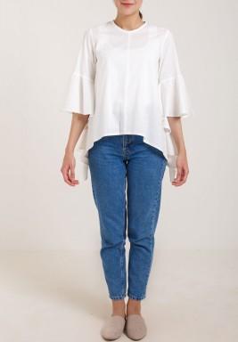 قميص بكشكش على الأكمام بتصميم متباين الطول بلون أبيض