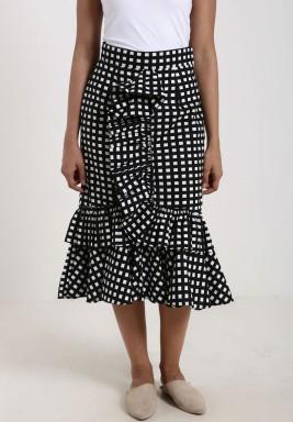 تنورة سوداء مرفرفة بمربعات بيضاء