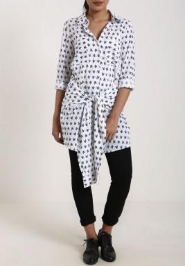 قميص مزين بطبعة سهم لون أبيض